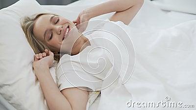 Zdrowy sen na ortopedycznej materac, szczęśliwa nastoletnia dziewczyna budzi się up z uśmiechem zdjęcie wideo