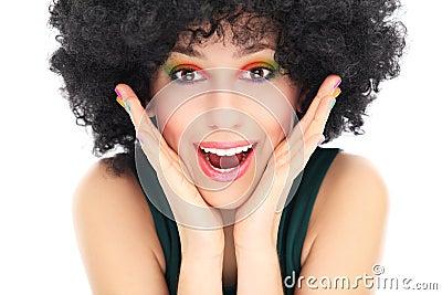Zdziwiona kobieta z afro peruką