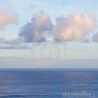 Zeegezicht met deap blauwe oceaanwateren bij zonsopgang