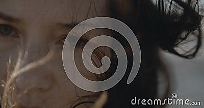 Zeer dikke dramatisch vrouwelijk portret Zadde ogen en windlucht, gefilmd op filmcamera, 12-bits kleur stock videobeelden