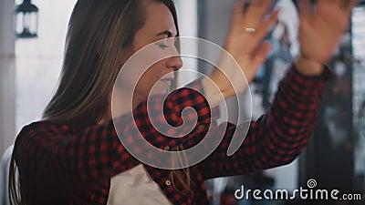 Zeer ernstig Europees meisje die thuis dansen Langzaam motieclose-up Geconcentreerde door in werking gestelde dansersvrouw repeti stock footage
