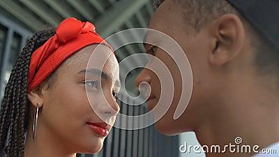 Zehn schwarze Teenager, die die Stirn berühren und in die gleiche Richtung schauen, Zukunft stock video