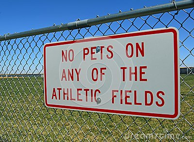Zeichen auf Zaun des athletischen Feldes