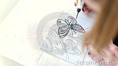 Zeichnen mit Email auf Glas stock footage