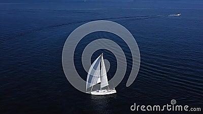 Zeilbootzeilen in de Middellandse Zee stock footage