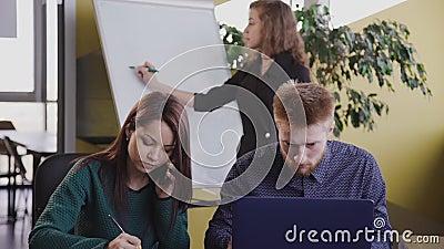 Zeitüberschreitung des Büros für Büroarbeit, in dem verschiedene Teams junger Geschäftsleute und Geschäftsleute an Laptops arbeit stock video footage