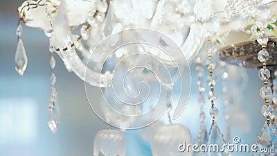 Zeitgenössischer Crystal Chandelier Schließen Sie oben auf dem Kristall eines zeitgenössischen Leuchters stock footage