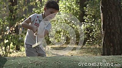 ZEITLUPE: Kleiner Golfspieler schlägt einen Golfball stock video