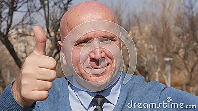 Zeitlupe mit dem Mann, der mit dem Finger und den Daumen herauf das Zeigen eines guten Job-Zeichens zeigt stock footage
