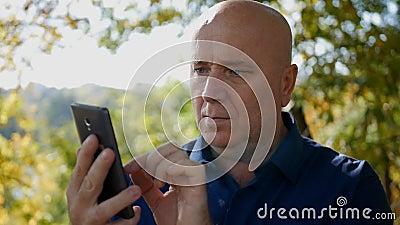 Zeitlupe mit Geschäftsmann Text Using Cellphone auf der Straße stock video