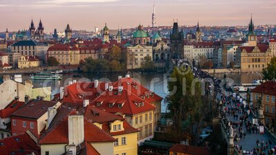 Zeitraffer der Menschen, die auf der Karlsbrücke, Prag, Tschechien stock footage