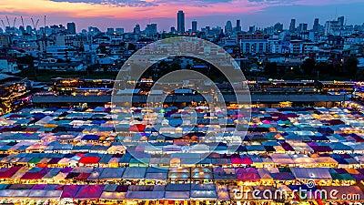 Zeitraffer Tag bis Nacht: Nachtmarkt in Bangkok stock footage
