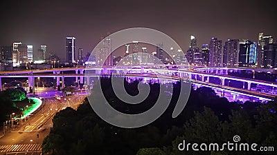 Zeitspanne des beschäftigten Verkehrs über Überführung in der modernen Stadt, Shanghai, China stock footage