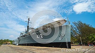 Zeitspanne des Schlachtschiffmonuments Luang Prasae der königlichen thailändischen Marine bei Paknam Prasae in Rayong, Thailand stock video