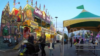 Zeitspanne von den Leuten, die Spaß am Karneval haben stock video footage