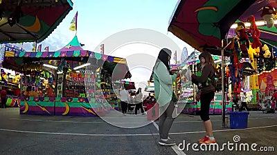 Zeitspanne von den Leuten, die Spaß am Karneval haben stock video