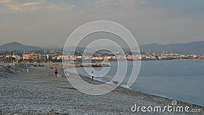 Zeitspanne von Leuten auf dem populärsten Strand in Cagnes Sur Mer, Frankreich - Le Cigalon Plage - ein berühmter Strand im Süden stock footage