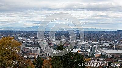 Zeitspanne von Wolken über Marquam-Brücke und Tilikum-Überfahrt in Portland ODER in 4k stock footage