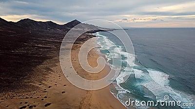 Zeitspanneflug über Wüstenstrand auf Fuerteventura-Insel, Spanien stock video