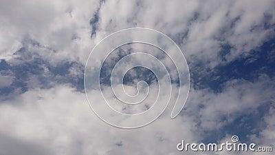 Zeitspannehimmel mit den dunklen formlosen Nimbostratuswolken, die langsames getragen durch den Wind bewegen stock video