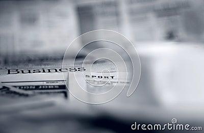 Zeitungen und Kaffee