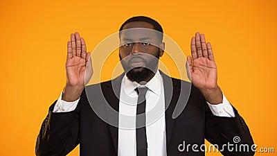 Zeker Afrikaans-Amerikaans mannetje dat einde, nr aan fraude ondertekenen en corruptie maakt stock videobeelden