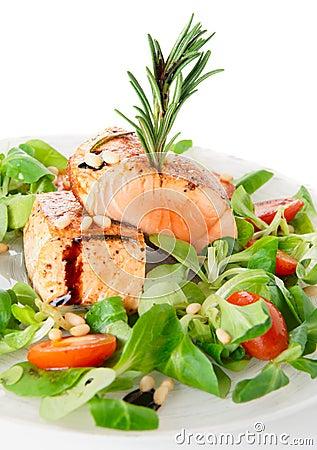Zeldzame gebraden zalmlapjes vlees in plaat