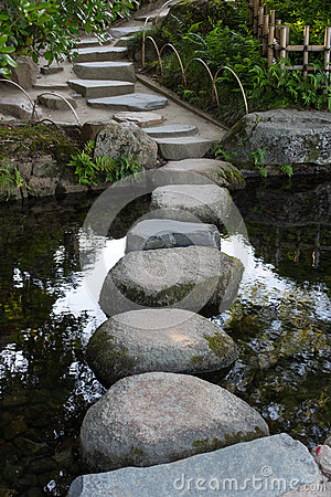 Free Zen Stone Path In A Japanese Garden Across A Tranquil Pond In Ok Royalty Free Stock Photography - 77589587