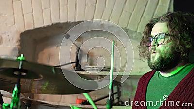 Zespół muzyczny przeprowadzający próbę Drummer zbiory