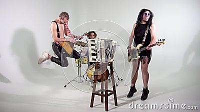 Zespół Punka Strzelanie do klipu Muzycy skakają z instrumentami Bass-player jest ubrany w damską sukienkę zdjęcie wideo