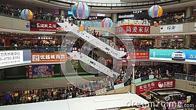 Zhongshan China janeiro 1,2018: Lotes dos consumidores que visitam um shopping grande no feriado do ano novo vídeos de arquivo
