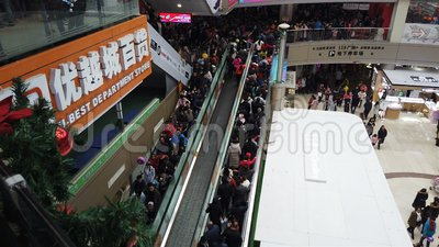Zhongshan China janeiro 1,2018: tão muitos povos que vão a um shopping no feriado do ano novo em China video estoque