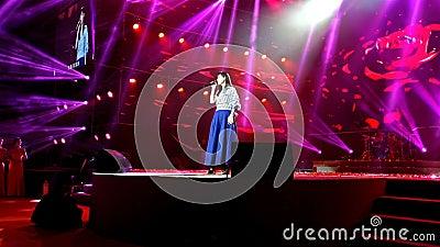 Zhongshan China 2 September; 2017: Hongkong popstar Vivian Chow die een levende show bijwonen Vivian Chow is mooi en beroemd supe stock videobeelden