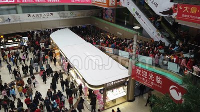 Zhongshan Kina Januari 1,2018: Massor av konsumenter som besöker en stor shoppinggalleria på ferien för nytt år lager videofilmer