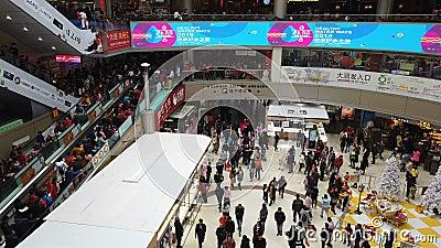 Zhongshan Kina Januari 1,2018: Massor av konsumenter som besöker en stor shoppinggalleria på ferien för nytt år stock video