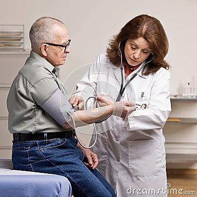 Zieke patiënt die genomen bloeddruk heeft