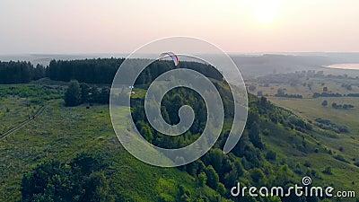 Zielony teren i latajÄ…cy nad nim paraplan zbiory wideo
