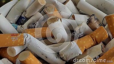 Zigarettenstummel im Aschenbecher stock video footage