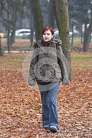 Zij is in het park