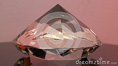 Zijaanzicht van een fonkelende roze in reliëf gemaakte diamant met rond stock video