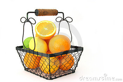 Zitrusfrucht in einem Korb über Weiß