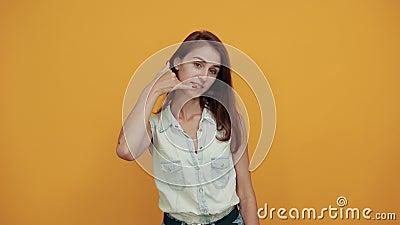 Zizikasische junge Frau in blauem Denim-Hemd mit Handgesten stock footage