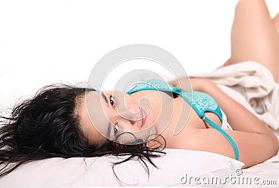 Zmysłowej kobiety sypialny łóżko
