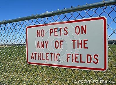 Znak na sportowego pola ogrodzeniu
