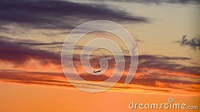 Zonnehemel helder oranje en vliegtuigsilhouet die opstijgen van de luchthaven stock footage