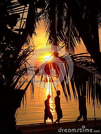 Zonsondergang over een strand in Thailand.