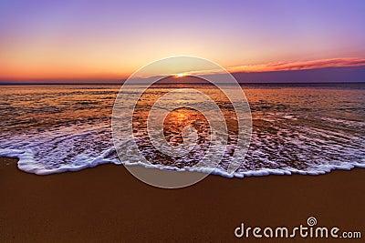 Zonsopgang en glanzende golven in oceaan