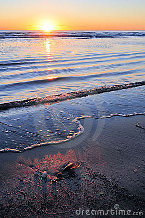 Zonsopgang over kalme oceaan