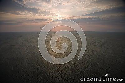 Zonsopgang over oceaan.