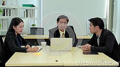 Zoom in Video von Savvy Aufsichtsbehörden Lehren jüngeren Mitarbeitern im Büro stock video